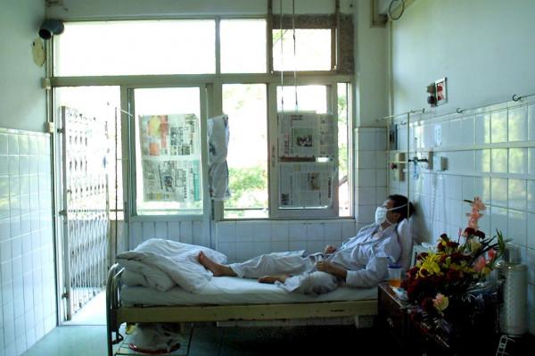 Pacjent wracający do zdrowia podczas epidemii SARS w Chinach, w 2003 r. Osoby, które przeżyły tę infekcję, również wywołaną przez koronawirusa, były nosicielami komórek odpornościowych nawet 17 lat później.