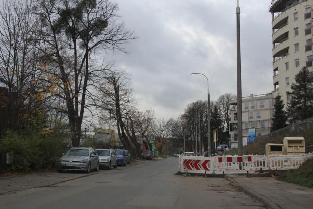 Ul. Słowackiego we Wrzeszczu. Jeden chodnik zastawiony przez robotników, drugi - przez właścicieli samochodów. Piesi, w tym dzieci i seniorzy, muszą chodzić środkiem jezdni.