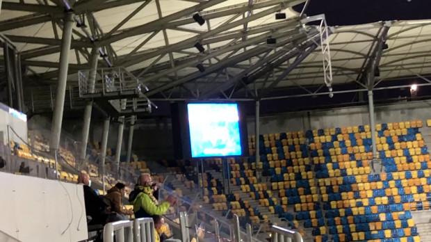 Podczas meczu Fortuna I liga Arka Gdynia - Zagłębie Sosnowiec otrzymaliśmy dowód na to, że doping można prowadzić również z trybuny VIP. Kilka osób, co kilka minut nie szczędziło gardeł i dłoni, by wspierać miejscowych piłkarzy.