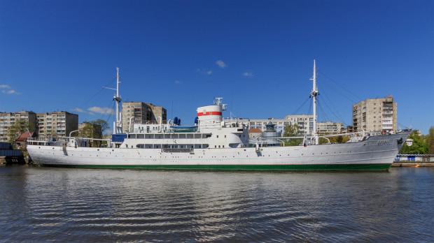 """Zabytkowy statek badawczy """"Witiaź"""" cumujący na co dzień w Kaliningradzie."""