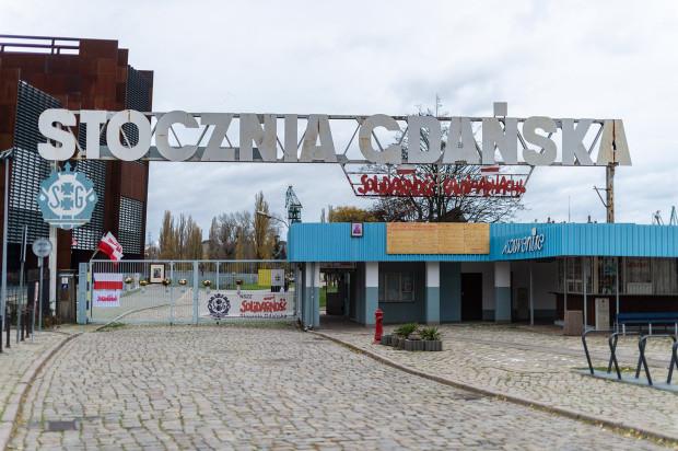 """Znak Solidarności oraz jego białorsuka wersja znajdują się w miejscu, gdzie niegdyś widniał napis """"im. Lenina""""."""