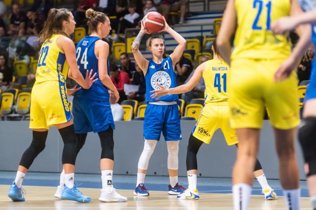 Po trzytygodniowej przerwie w Energa Basket Lidze Kobiet, na własnych parkietach z trójmiejskich drużyn zagrają tylko koszykarki DGT AZS Politechniki Gdańskiej (granatowe stroje) i VBW Arki Gdynia (żółte stroje).