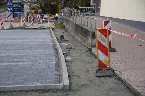 Tylko 120 cm wynosi szerokość chodnika zaprojektowanego przy skrzyżowaniu ul. Reymonta za Słowackiego we Wrzeszczu. Z trudem mogą się tu minąć dwie osoby.