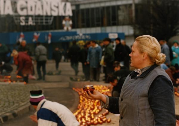 Obchody rocznicy Grudnia '70 w 1995 r. W tle widać jeszcze Order Sztandaru Pracy.