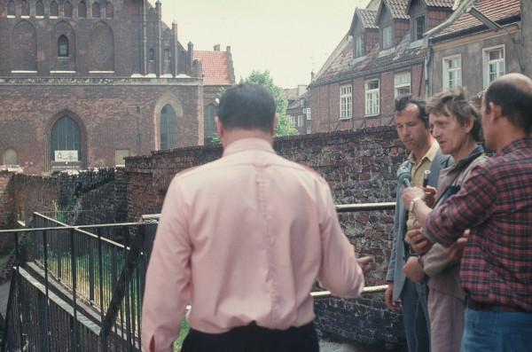 Wizja lokalna przy Wielkim Młynie w Gdańsku, 30 czerwca 1983 r. Tuchlin wyrzucił tam opróżnioną z kosztowności torebkę swojej trzeciej ofiary, 18-letniej Jadwigi P., która została napadnięta 12 lutego 1976 r. przy ul. Kolonia Zręby na Siedlcach. Na szczęście, kobieta przeżyła atak.