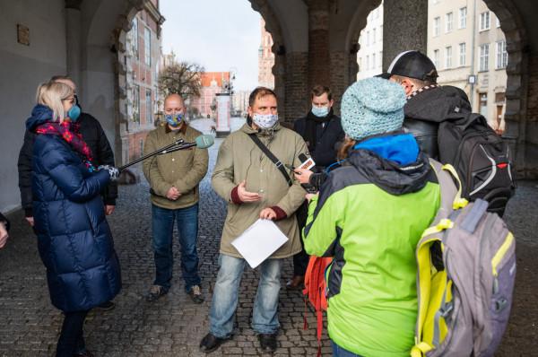 Tomasz Strug (w środku) przewodniczący zarządu dzielnicy Oliwa wraz z innymi radnymi protestuje przeciwko utworzeniu tzw. konwentów makrodzielnic.