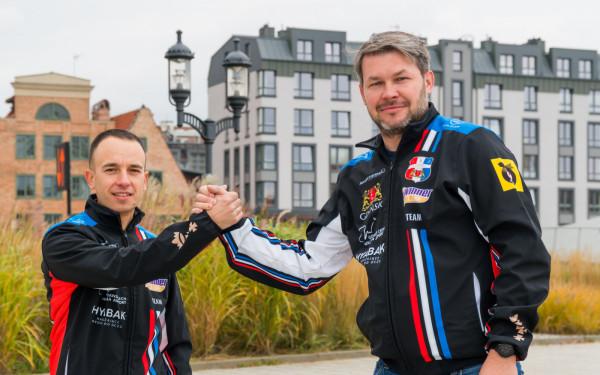Eryk Jóźwiak (z prawej, na zdjęciu z Jakubem Jamrogiem) tak skompletował kadrę Zdunek Wybrzeże, aby w razie awansu do PGE Ekstraligi, mieć gotowy trzon zespołu.