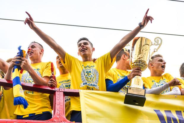 Tak cieszył się Maksymilian Hebel z piłkarzami Arki Gdynia z awansu do ekstraklasy latem 2016 roku. Wówczas jeszcze nie wiedział, że nie będzie mu dane zagrać w pierwszej drużynie żółto-niebieskich w oficjalnym meczu.