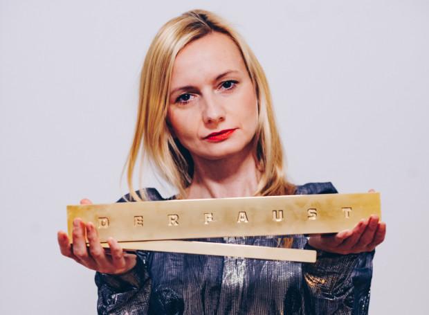 """Ewelina Marciniak od 2016 r. reżyseruje również w Niemczech, gdzie dotychczas zrealizowała cztery spektakle na deskach teatrów w Hamburgu (""""Der Boxer"""") oraz we Fryburgu (""""Sen nocy letniej"""", """"Noc świętego Bartłomieja"""" i mający zamkniętą premierę w marcu 2020 r. """"Poskromienie złośnicy"""")."""