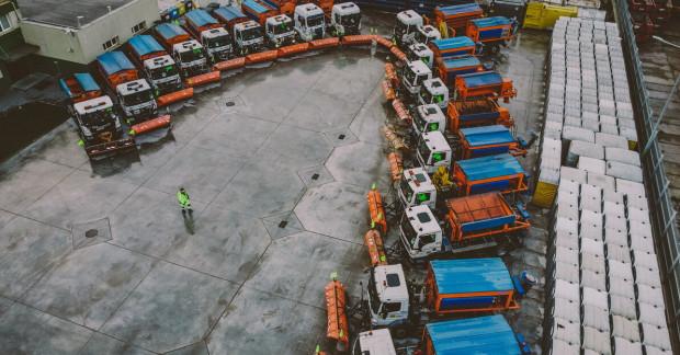 """W poniedziałek gdańscy urzędnicy przedstawili stan przygotowań do akcji """"Zima"""". Pojazdy do odśnieżania czekają w gotowości."""