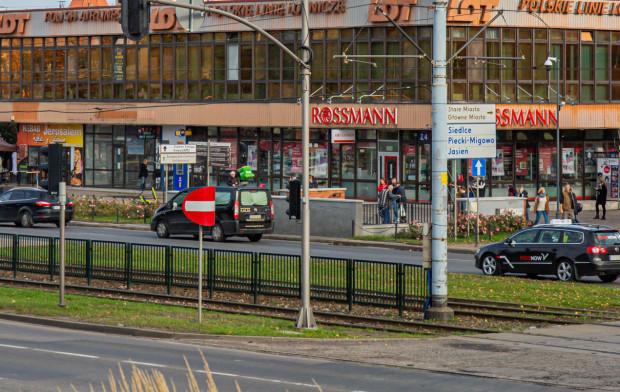 Przejście naziemne przez Wały Jagiellońskiej powstanie obok zejścia do tunelu, którym można przejść na drugą stronę ulicy.