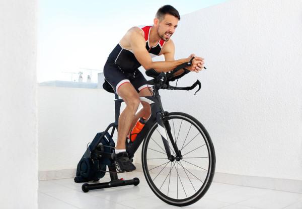 Sprzęt do ćwiczeń w domu cieszy się obecnie dużym zainteresowaniem. Wyprzedają się nie tylko hantle czy maty, ale i bieżnie, trenażery czy rowery stacjonarne.