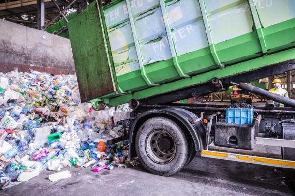 W czasie pandemii dużo częściej przebywamy w domu, a więc siłą rzeczy produkujemy coraz więcej śmieci, także tych z plastiku.