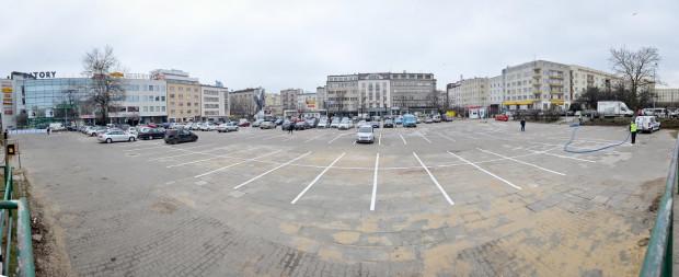 Parking przy CH Batory. Praktycznie o każdej porze dnia i nocy są tu wolne miejsca.