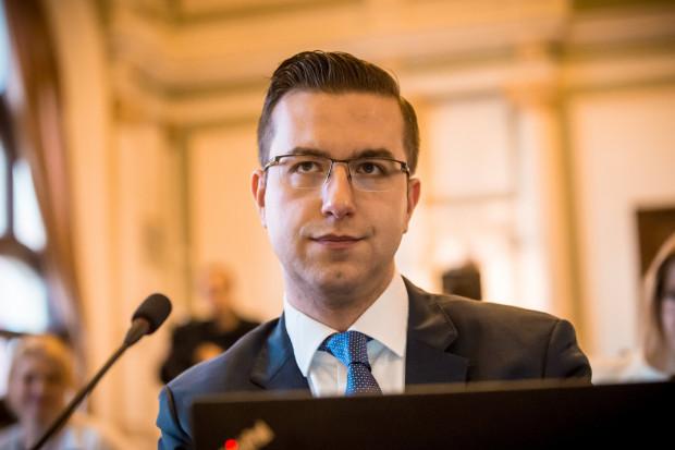 Cezary Śpiewak-Dowbór, przewodniczący klubu Koalicji Obywatelskiej, informuje o wprowadzeniu poprawek do uchwały wzbudzającej protesty rad dzielnic.