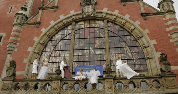 """Odsłonięcie kopii obrazu """"Sąd Ostateczny"""" Hansa Memlinga, w oknie hali głównej dworca Gdańska Główny PKP odbyło się 10 sierpnia 2006 r."""