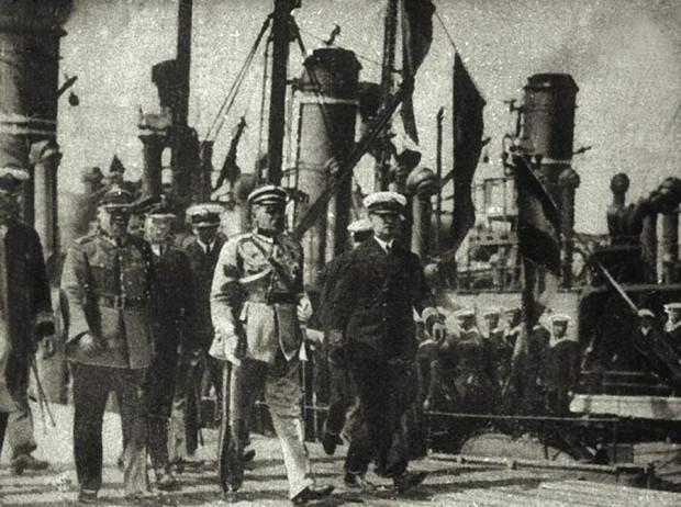 1 lipca 1928 r. Marszałek Józef Piłsudski wizytuje gdyński port wojenny.