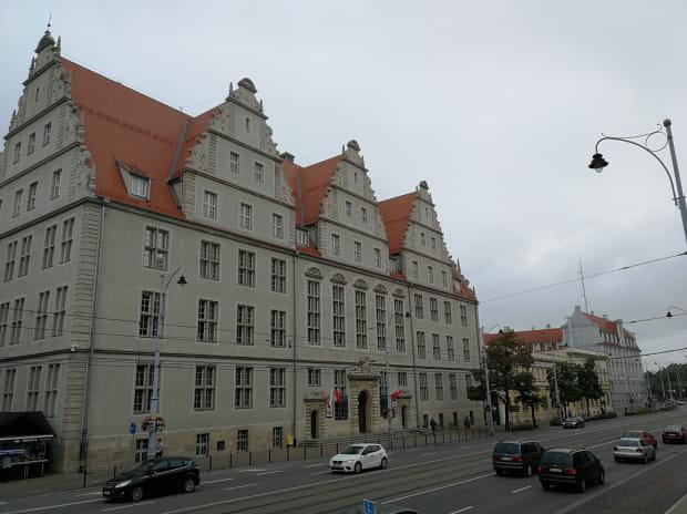 Gmach dawnego Wyższego Sądu Krajowego w Gdańsku (niem. Oberlandesgericht Danzig) w latach II wojny światowej przy ul. Nowe Ogrody 30-34. To właśnie w tym gmachu odbywały się rozprawy sądu specjalnego (Sondergericht). Zdjęcie zostało wykonane w 2019 r.