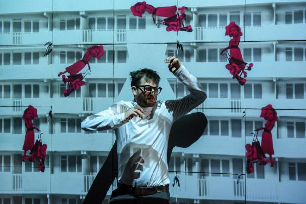 """""""Beton"""" to premiera przygotowana przez Teatr Miniatura na podstawie znanej książki o falowcu pt. """"Latawiec z betonu"""" Moniki Milewskiej."""