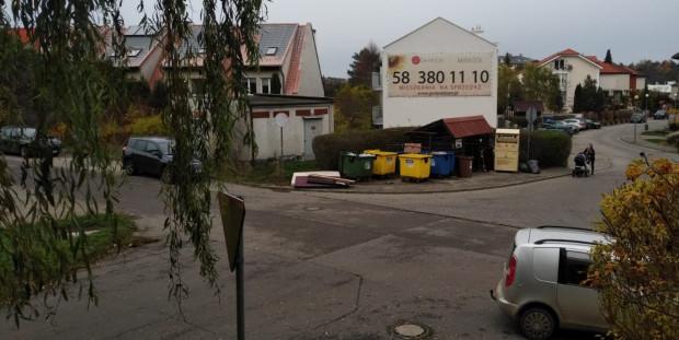 Śmietnik przy ul. Sojowej jest permanentnie przepełniony.
