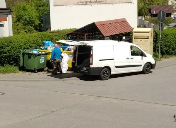 To jedyny publicznie dostępny śmietnik w okolicy, więc stał się darmowym wysypiskiem, do którego ludzie dowożą śmieci samochodami.
