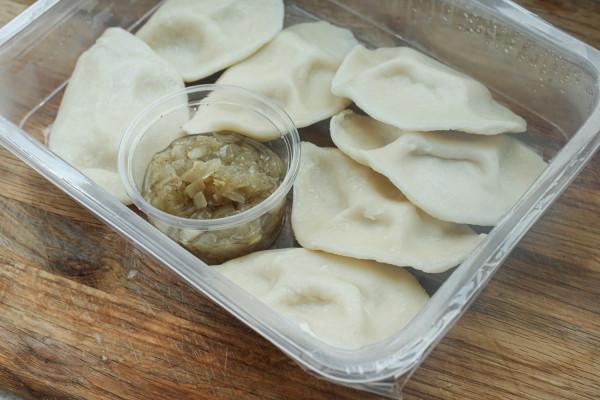 Pierogi ruskie z okrasą z cebulki od Natka Bistro. Można je wrzucić do gorącej wody lub usmażyć.
