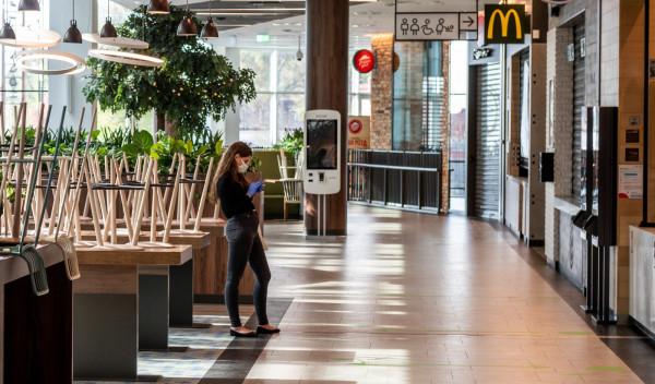Nawet po otwarciu centrów handlowych w strefach gastronomicznych serwowane będzie wyłącznie jedzenie na wynos.