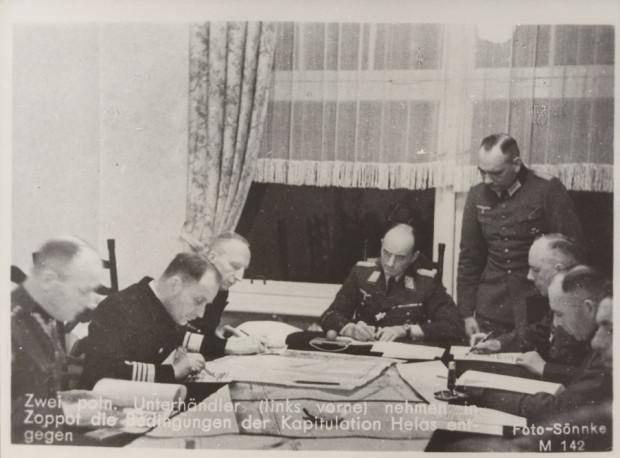 Podpisywanie protokołu na koniec rozmów kapitulacyjnych w Domu Zdrojowym w Sopocie 1 października 1939 r. Pierwszy z lewej widoczny kpt. Antoni Kasztelan.