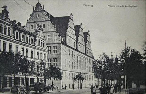 Ten sam budynek na zdjęciu z początku XX stulecia. Jak nietrudno domyślić się, przetrwał II wojnę światową bez szwanku. Warto zwrócić uwagę, że gmach został podpisany nieużywanym obecnie określeniem Pałac sprawiedliwości (niem. Justizpalast).