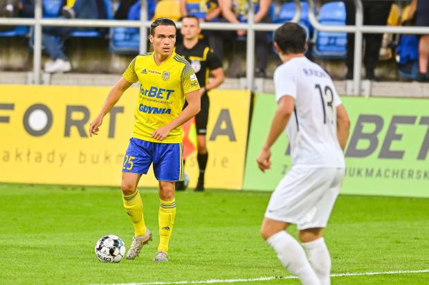 Szymon Drewniak (z piłką) zagrał we wszystkich meczach tego sezonu w Arce Gdynia. W 15 spotkaniach spędził 1350 minut na boisku.