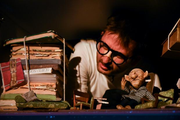 Sercem przedsięwzięcia jest aktor Wojciech Stachura, nie tylko jedyny aktor występujący w niemal wszystkich rolach, ale też twórca oryginalnych, ciekawych lalek i laleczek.