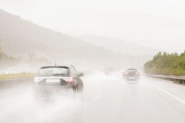 Brak stosownego oświetlenia auta przy tak wymagających warunkach atmosferycznych jest bardzo niebezpieczny.