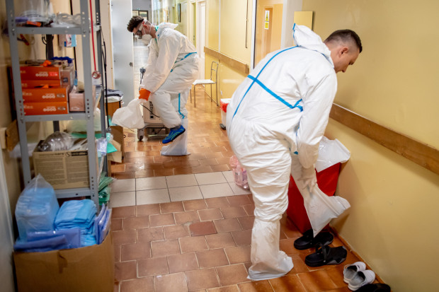 W stroje ochronne wyposażony jest nie tylko personel szpitali, ale też Zespoły Ratownictwa Medycznego. Dzięki temu mają możliwość udzielić pomocy zakażonym, którzy przebywają w izolacji domowej, dbając jednocześnie o własne bezpieczeństwo. Na zdj. pracownicy Wojewódzkiego Szpitala Zakaźnego w Gdańsku.