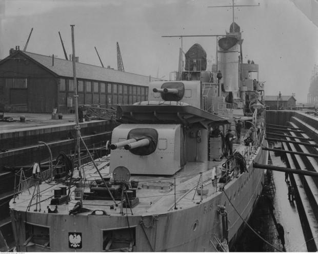 """Niszczyciel ORP """"Błyskawica"""" w doku wykończeniowym w Southampton."""