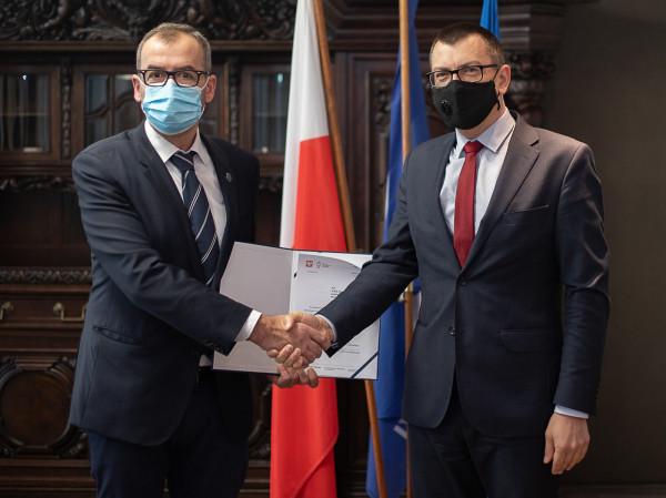Powołanie prof. Sławomirowi Steinbornowi rektor Uniwersytetu Gdańskiego wręczył 27.11.2020 r.