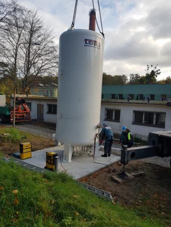 Nowy zbiornik na tlen przy Pomorskim Centrum Chorób Zakaźnych i Gruźlicy (Wojewódzki Szpital Zakaźny) zamontowano 5 listopada br. Ma pojemność 11 tys. litrów.