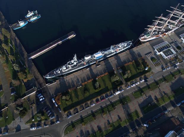 """""""Błyskawicę"""" znaleźć można przy nabrzeżu, w centrum Gdyni, nieopodal Sea Towers."""