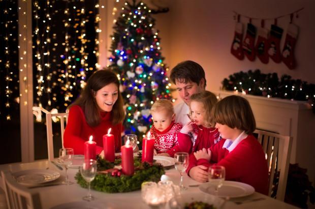 Zgodnie z opublikowanym rządowym rozporządzeniem przy świątecznym stole mogą być domownicy i maksymalnie pięć dodatkowo zaproszonych osób.