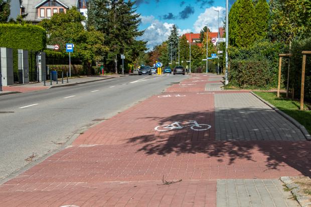 """""""Fale Dunaju"""" doskonale znane wszystkim rowerzystom przemierzającym ul. Władysława Łokietka w Sopocie są przykładem realizacji niezgodnej z dokumentem OMGGS."""