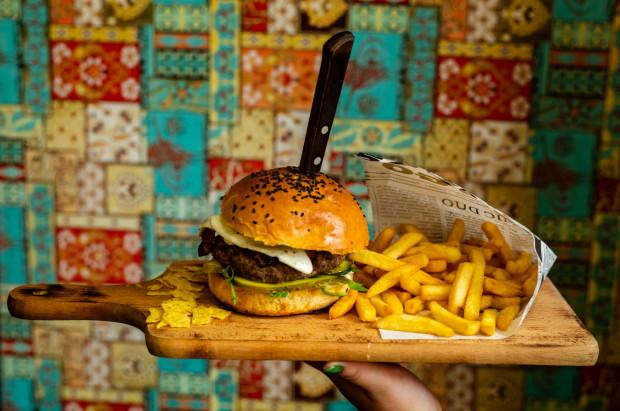 Burger z jajkiem i frytkami od Seventh Heaven w Gdańsku.