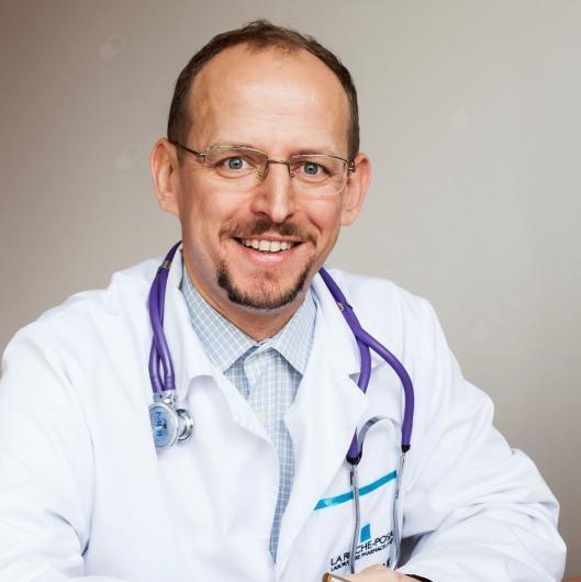 Lek. Hubert Białasiewicz, specjalista chorób wewnętrznych, medycyny pracy oraz medycyny morskiej i tropikalnej.
