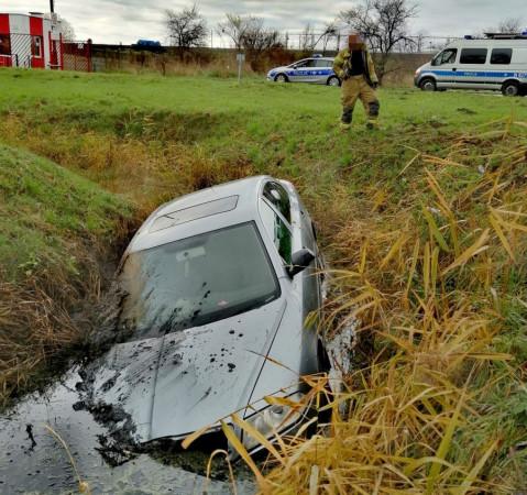 Przy tym samochodzie, który znalazł się w rowie melioracyjnym przy ul. Benzynowej, siedziało dwóch kompletnie pijanych mężczyzn. Żaden z nich nie miał prawa jazdy. Policjanci dopiero będą ustalać, który z nich kierował samochodem.