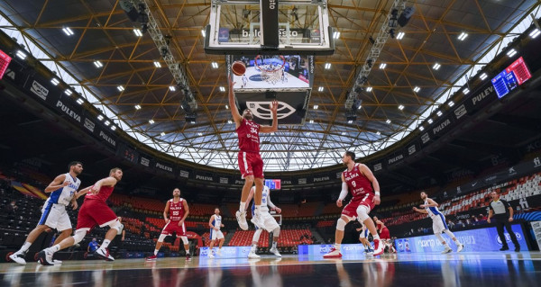 W poniedziałkowym meczu Polski z Izraelem, najwięcej minut na parkiecie spośród trójmiejskich koszykarzy rozegrał Adam Hrycaniuk (nr 34). Koszykarz Asseco Arki Gdynia rozegrał ponad 13 minut.