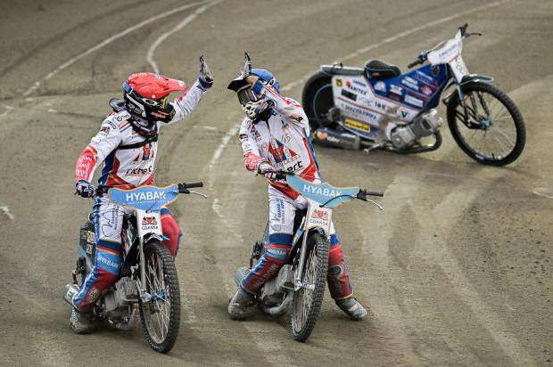 Rasmus Jensen (kask niebieski) na motocyklach jeździ od 3. roku życia. Jako 14-latek miał już swój samochód, którym jeździł po rodzinnej farmie.