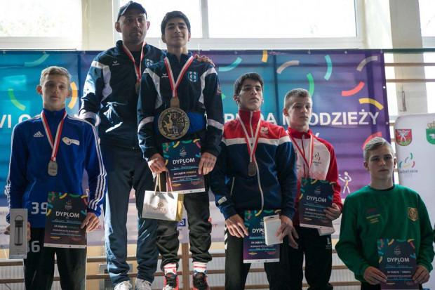 Gor Hovsepyan (na najwyższym stopniu podium z trenerem Bartoszem Pryczkowskim) ma nadzieję, że sportowe sukcesy pomogą mu otrzymać polskie obywatelstwo. Ormianin i jego rodzina starają się o azyl w Polsce, do której uciekli przed wojną.