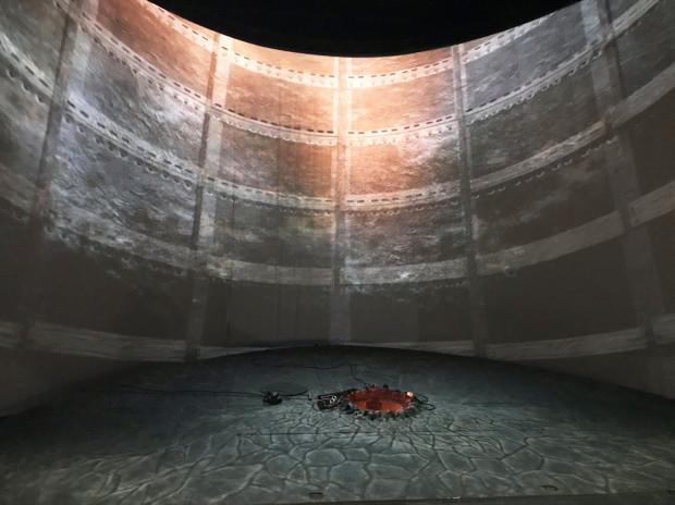 Koncepcja scenograficzna zakłada, że cała akcja zostanie umieszczona w przestrzeni pieca metalurgicznego.