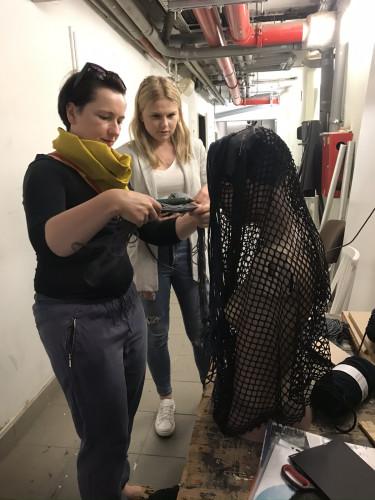 """Katarzyna Zawistowska i jej asystentka Ewelina Guzewicz  w trakcie pracy nad elementami kostiumów """"Fidelia""""."""