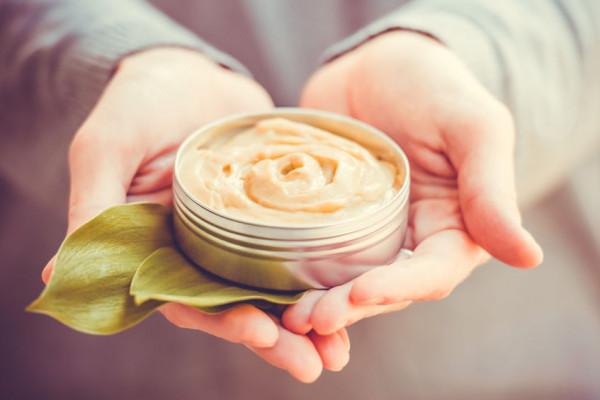 Kosmetyki są chętnie wybierane jako prezent na różne okazje. Także w okresie przedświątecznym cieszą się dużą popularnością.
