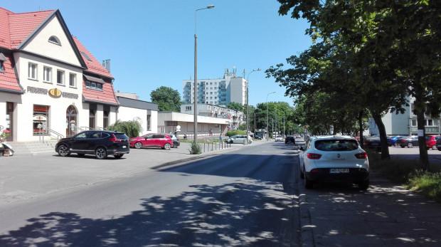 Na wysokości piekarni, na chodnikach po obu stronach ulicy parkują samochody. Którędy mają chodzić piesi?