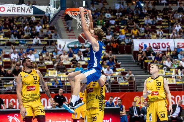 Mikołaj Witliński (w środku) zdobywa średnio 8,1 punktu i zalicza 4,4 zbiórki przy ponad 17 minutach w tym sezonie Energa Basket Ligi.